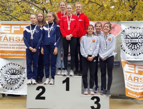 A serdülő lányok Rédling Renáta, Szemán Kata, Lantai Zóra hármasa bajnoki címet szerzett a három kilométeres távon. Fotók: VEDAC