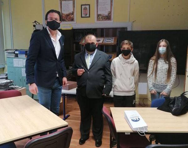 Dr. Orbók Ádám fejlesztési igazgató mellett Molnár Roland egyesületi elnök és a két boteves kisdiák: Máthé Péter 7. d és Kránicz Glória 7. b osztályos tanulók. Fotó: Botev iskola