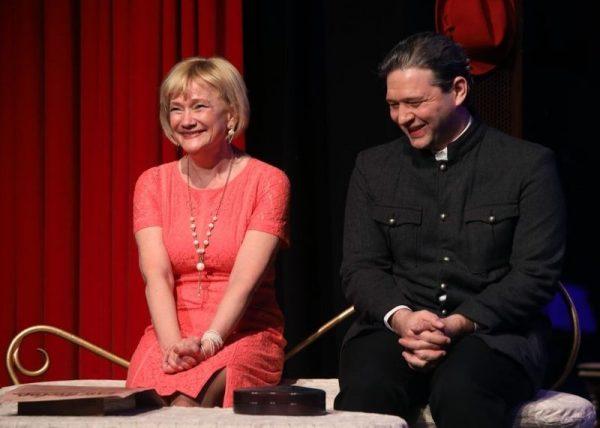 Jelenet a Mici néni két élete című előadásból. Fotó: Pannon Várszínház