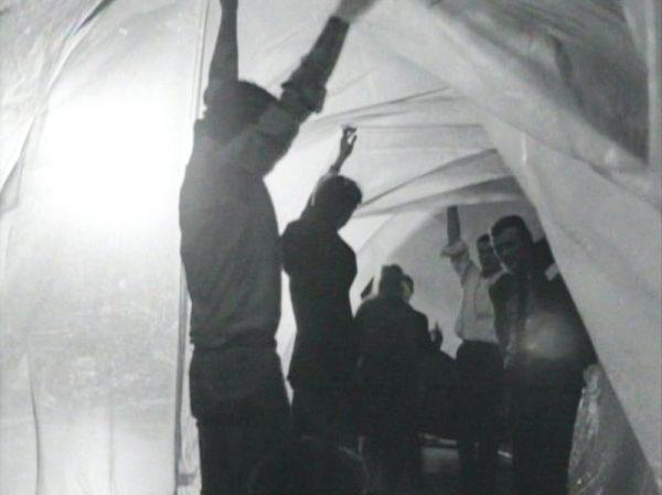 Steve Paxton amerikai kísérletező táncos és koreográfus hatvanas évekbeli performansza