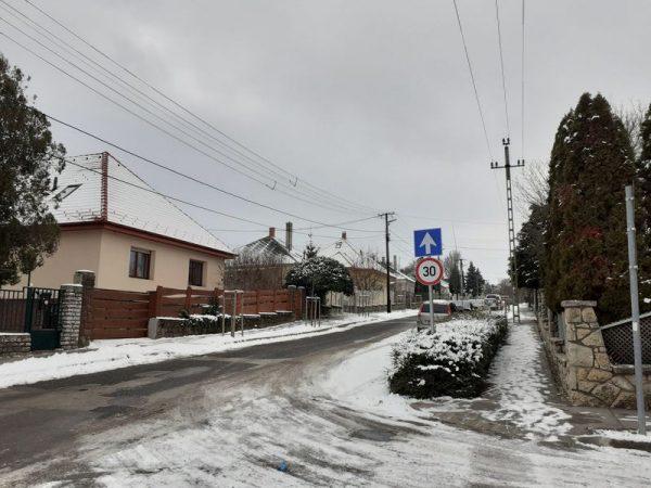 Egyirányú marad a Hunyadi utca a Füredi út felől. Fotó: Veszprém Kukac
