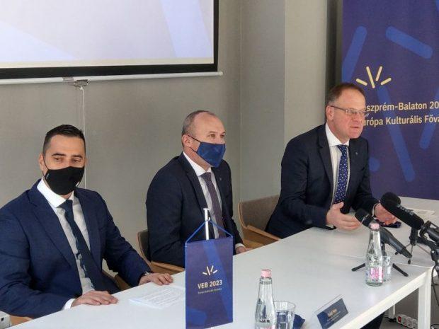 Ovádi Péter, Porga Gyula és Navracsics Tibor a sajtótájékoztatón