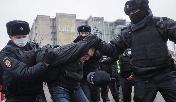 Hétvégén a járvány miatti kijárási tilalom és a dermesztő hideg sem riasztotta el Navalnij barátait és követőit a tüntetésektől. Fotó: MTI/EPA/Makszim Sipekov
