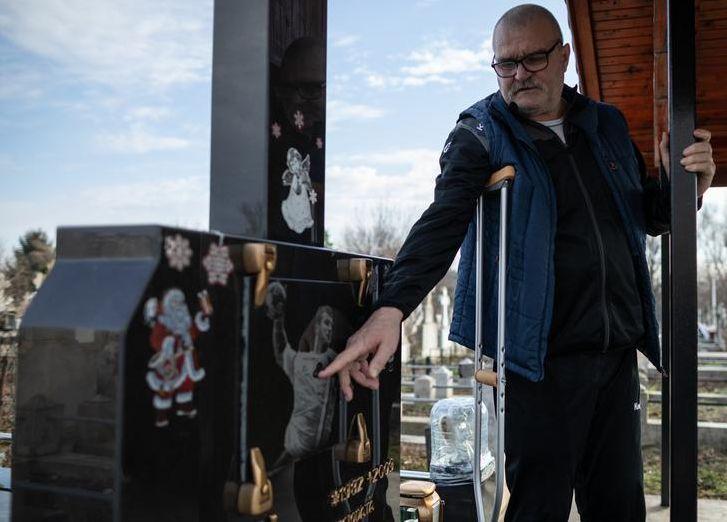 Petre Cosma betegen, mankóval is kijár fia sírjához. Képtelen feldolgozni a fia elvesztését. Fotó: Libertatea