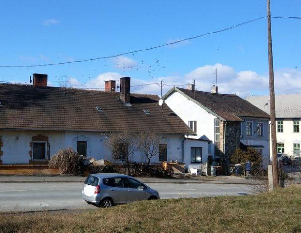 A lebontásra szánt épületegyüttes: jobbra a nappali centrum, balra a szociális bérlakások