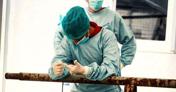 Az ápolók, a szakasszisztensek, a gyógytornászok, a műszaki személyzet tagjai, a beteghordók, a takarítók kitartása nélkül a rendszer egy pillanat alatt összeomlana. Képünk illusztráció