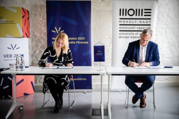A szerződést Markovits Alíz, a Veszprém-Balaton 2023 Zrt. vezérigazgatója és Fülöp József, a Moholy-Nagy Művészeti Egyetem rektora írta alá. Fotó: Kovács Bálint