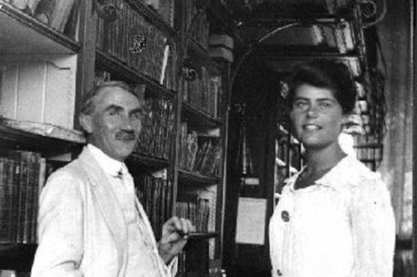 A képen Móra könyvtárigazgató úr szivarozik elégedetten Fischhof Ágota, az első magyar szakképzett női könyvtáros társaságában a szegedi Somogyi Könyvtárban