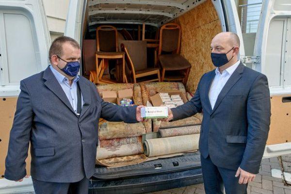 Molnár Roland és Takács Szabolcs az adománnyal teli kisbusszal. Fotó: kormányhivatal